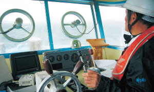 境港から漁船に乗って出発
