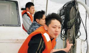 強烈な雨風の中、仕入れ先の漁師さんの船でいざ出航!
