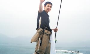 広島店・隅店長。一気に2匹釣り上げます。