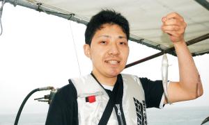 神辺店・串田店長。約20cmほどのビッグサイズが釣れて思わずにんまり。