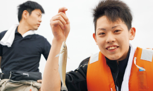 広島店・巨海君。若さあふれる竿さばきで、先輩顔負けの爆釣を見せました。