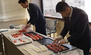 きりわけたマグロの試食会。仕入れ部の職人たちが実際に寿司を握り、味と品質を見極めます。