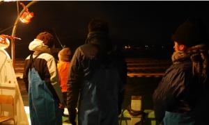 時刻は朝6時。あたりはまだ真っ暗な中、漁船は音戸港から沖へ。