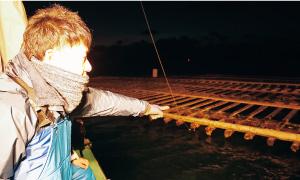 大きなイカダが何十個も。イカダ一つにつき約1トン(むき身)の牡蠣が揚げられるそう。
