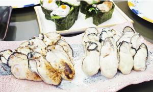 食べ比べて試食。新鮮な牡蠣はポン酢が合う!